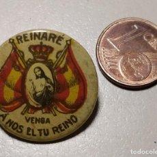 Antigüedades: DISTINTIVO VENGA A NOS EL TU REINO. Lote 224195133