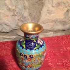Antigüedades: ANTIGUO JARRÓN / FLORERO DE LATÓN ESMALTADO CON BONITO DIBUJO DE LOS AÑOS 60-70. Lote 224204682