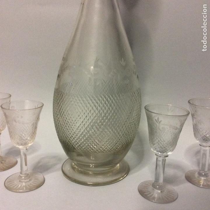 Antigüedades: Preciosa licorera antigua en cristal tallado y conjunto de cuatro copitas,Altura 38 cm - Foto 2 - 224214146