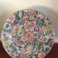 Antigüedades: PLATO DE PORCELANA CHINA FABRICADO EN MACAU-PINTADO Y ESMALTADO A MANO. Lote 224216172