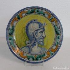 Antigüedades: PLATO EN CERÁMICA DE TRIANA CON BUSTO DE CABALLERO. CASA VALCARCEL MADRID. SIGLO XIX. Lote 224230837