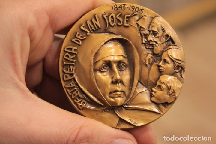 MEDALLA 5,7CM BEATA PETRA DE SAN JOSÉ. 1.994 (Antigüedades - Religiosas - Medallas Antiguas)