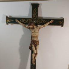 Antigüedades: CRISTO POLICROMADO CRUCIFICADO CON CRUZ DE MADERA. Lote 224307480