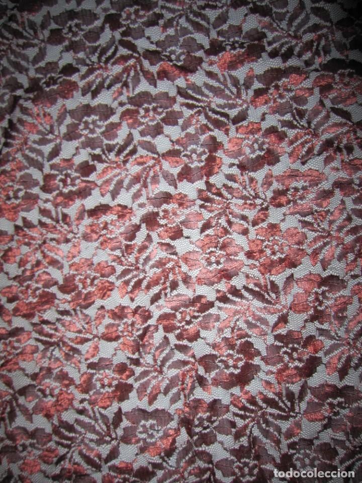 Antigüedades: Mantilla Mantón antiguo encaje cobre rojizo sobre negro - Foto 8 - 174958512