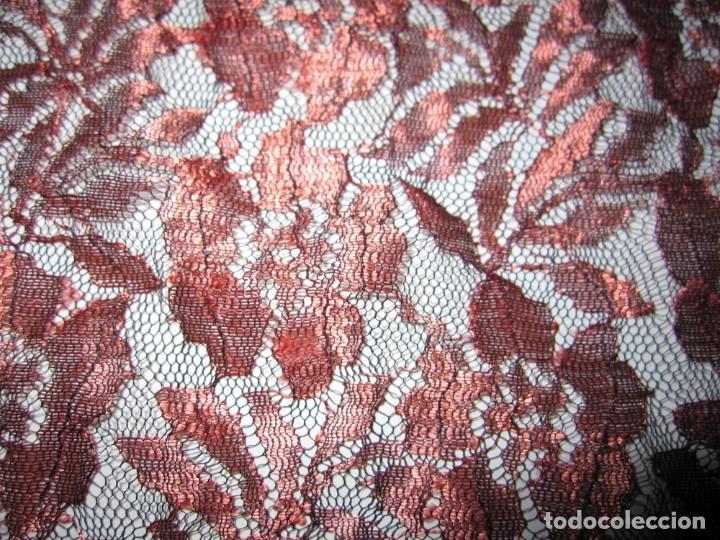 Antigüedades: Mantilla Mantón antiguo encaje cobre rojizo sobre negro - Foto 11 - 174958512