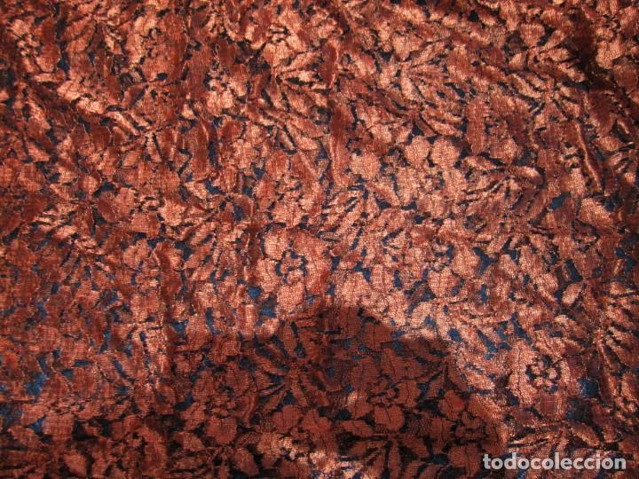 Antigüedades: Mantilla Mantón antiguo encaje cobre rojizo sobre negro - Foto 19 - 174958512