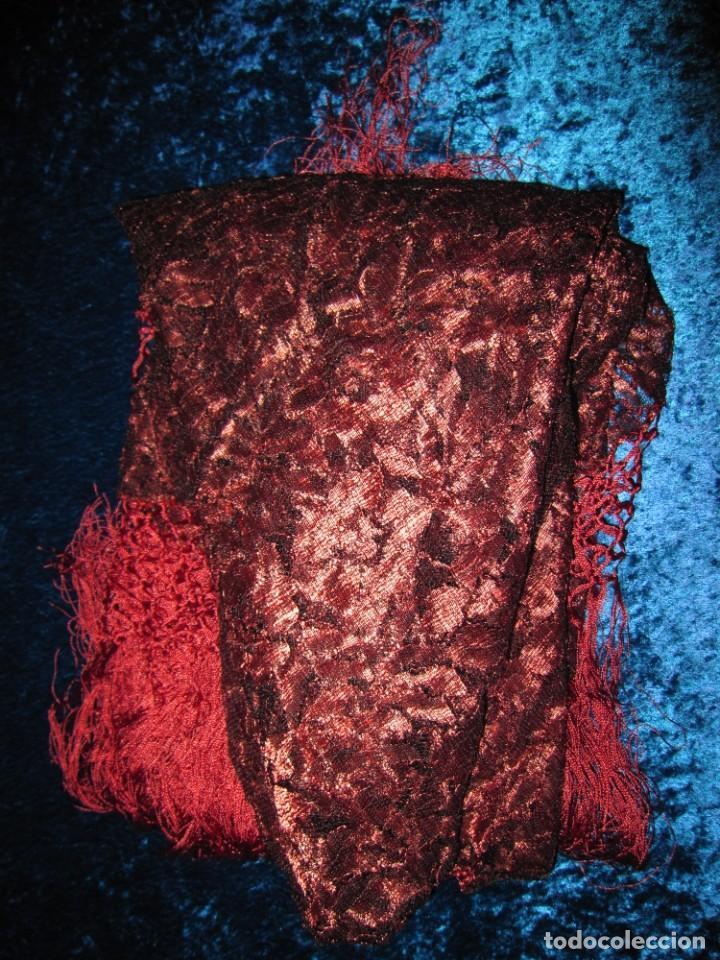 Antigüedades: Mantilla Mantón antiguo encaje cobre rojizo sobre negro - Foto 40 - 174958512
