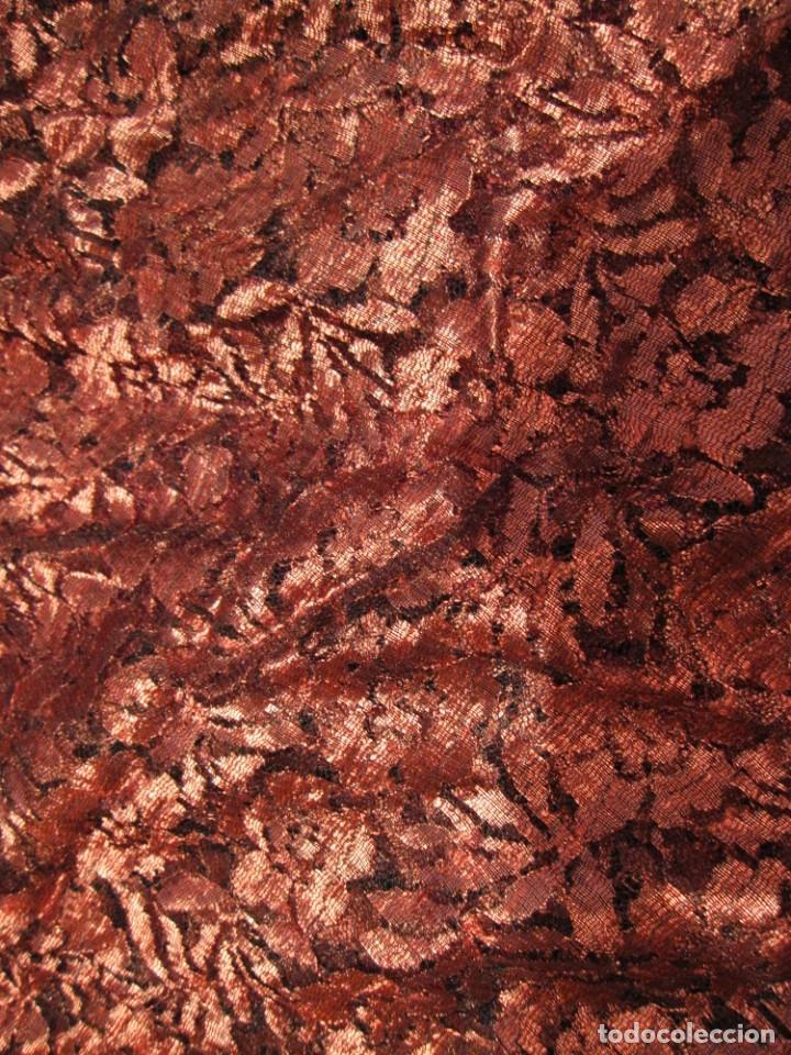 Antigüedades: Mantilla Mantón antiguo encaje cobre rojizo sobre negro - Foto 46 - 174958512