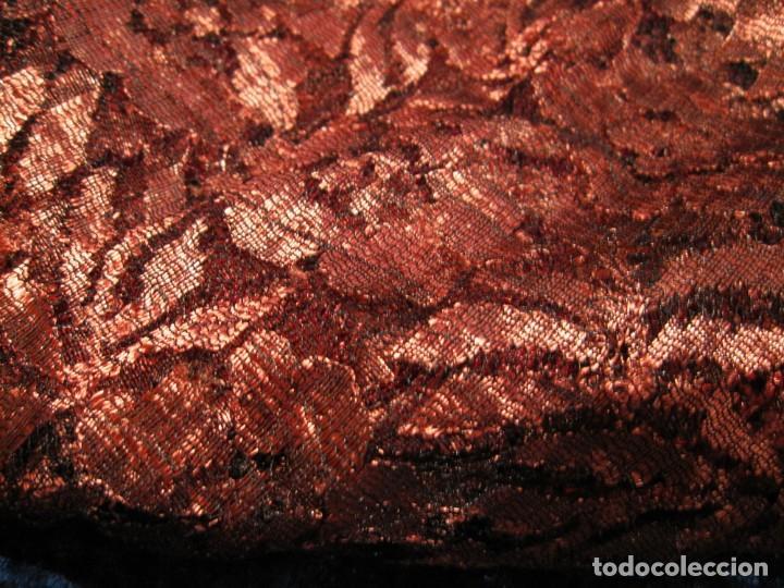 Antigüedades: Mantilla Mantón antiguo encaje cobre rojizo sobre negro - Foto 47 - 174958512