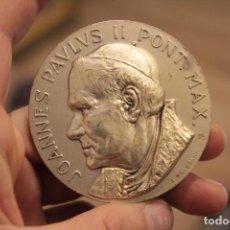 Antigüedades: MEDALLA O MEDALLON, JUAN PABLO II, PONT.MAX. FIRMADA CONSONNI. 6CM. Lote 224364000
