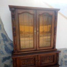 Antigüedades: PRECIOSA VITRINA DE MADERA CON ADORNOS TALLADOS,CRISTALES CARAMELO CON ESTAÑO,2 PIEZAS.. Lote 224391127