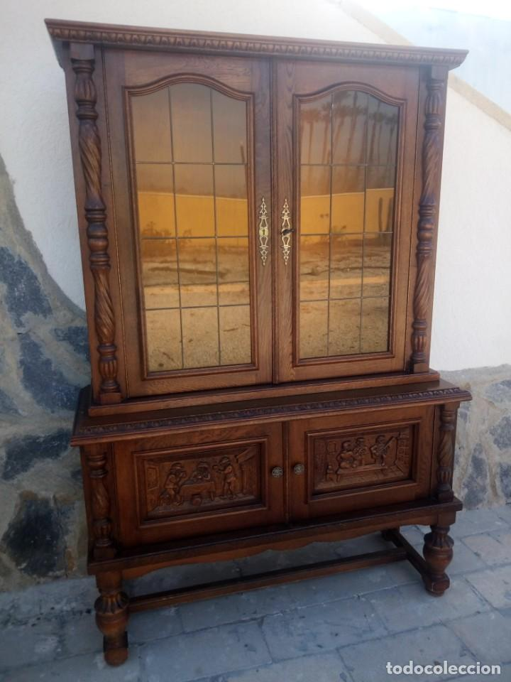 Antigüedades: Preciosa vitrina de madera con adornos tallados,cristales caramelo con estaño,2 piezas. - Foto 2 - 224391127