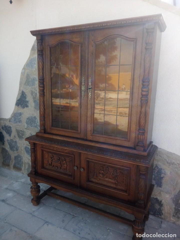 Antigüedades: Preciosa vitrina de madera con adornos tallados,cristales caramelo con estaño,2 piezas. - Foto 3 - 224391127