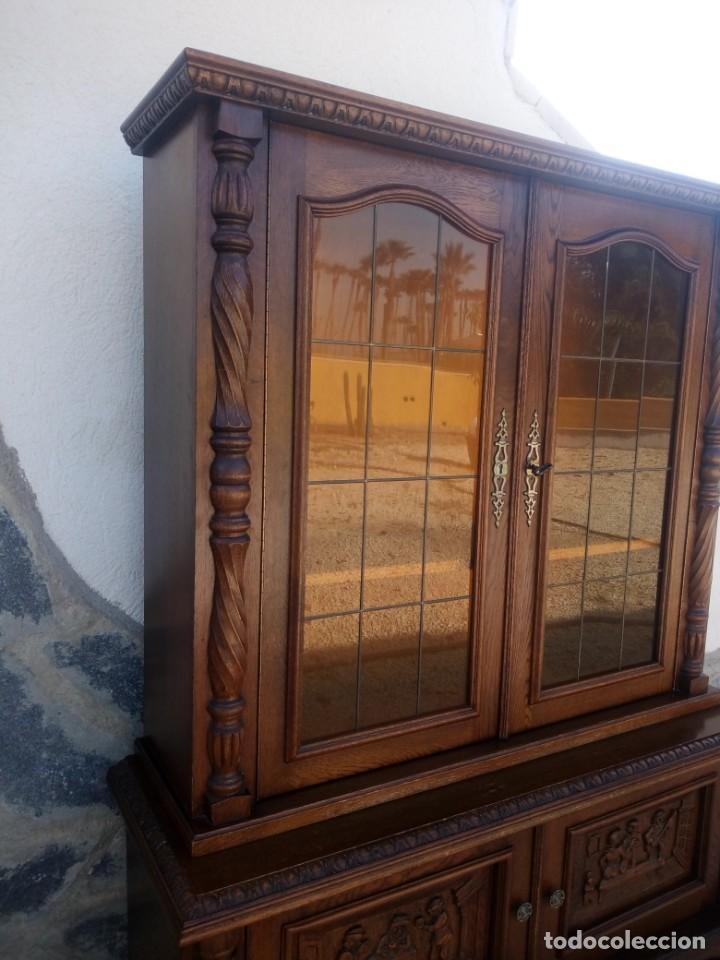 Antigüedades: Preciosa vitrina de madera con adornos tallados,cristales caramelo con estaño,2 piezas. - Foto 9 - 224391127