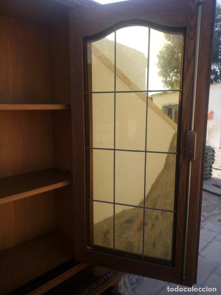Antigüedades: Preciosa vitrina de madera con adornos tallados,cristales caramelo con estaño,2 piezas. - Foto 14 - 224391127