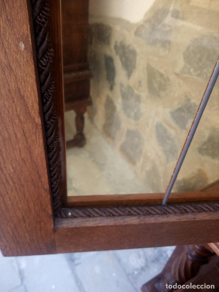 Antigüedades: Preciosa vitrina de madera con adornos tallados,cristales caramelo con estaño,2 piezas. - Foto 19 - 224391127