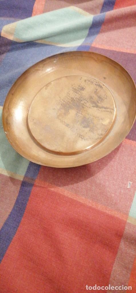 BANDEJA LATON ARABE DORADO PATINA GRABADO RELIEVE EN BORDES 20CM DIAMETRO (Antigüedades - Hogar y Decoración - Bandejas Antiguas)