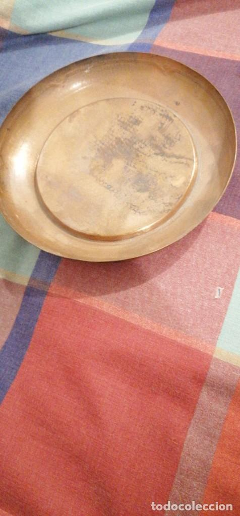 Antigüedades: BANDEJA LATON ARABE DORADO PATINA GRABADO RELIEVE EN BORDES 20CM DIAMETRO - Foto 2 - 224397587