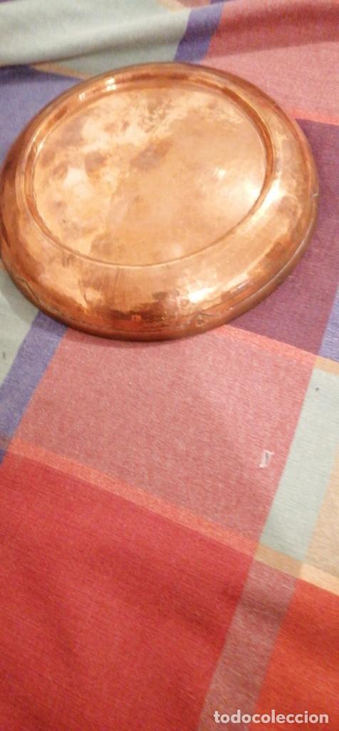 Antigüedades: BANDEJA LATON ARABE DORADO PATINA GRABADO RELIEVE EN BORDES 20CM DIAMETRO - Foto 3 - 224397587