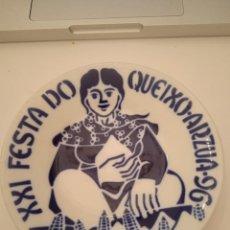 Oggetti Antichi: SARGADELOS PLATO XXI FESTA DO QUEIXO ARZUA 1996 PORCELANA ESPAÑA. Lote 224404115
