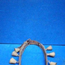 Antiquités: ANTIGUO CENCERRO DE 11 CAMPANAS DE BRONCE Y CORREA DE CUERO. MUY CURIOSO Y FUNCIONAL.. Lote 224444630