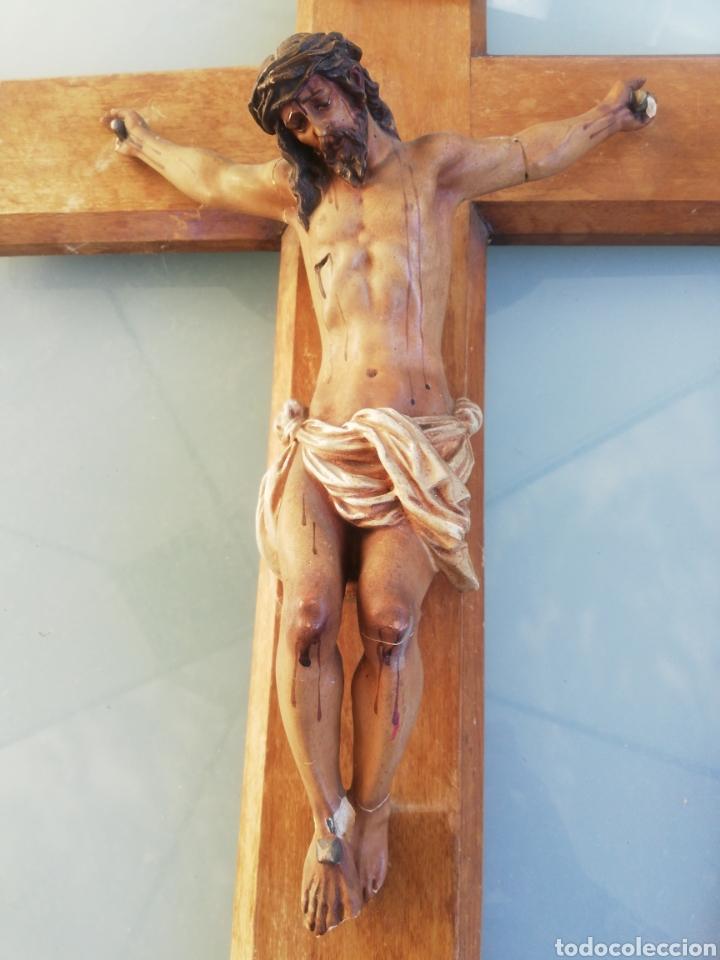 Antigüedades: Antiguo crucifijo en madera y escayola - Foto 2 - 224445323