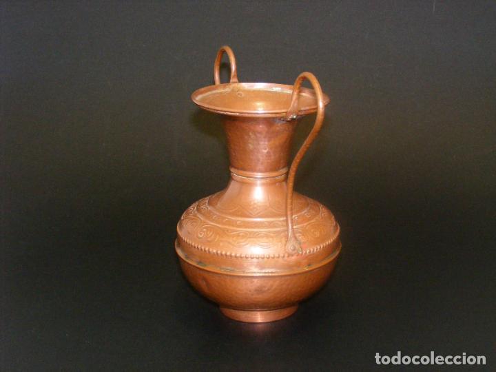 Antigüedades: JARRÓN DE COBRE REPUJADO - 19 CMS. - VER FOTOS ADICIONALES. - Foto 2 - 224515161