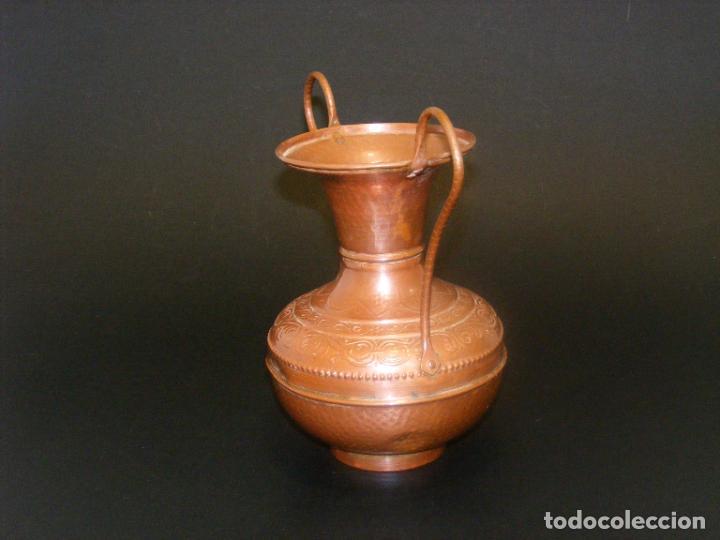 Antigüedades: JARRÓN DE COBRE REPUJADO - 19 CMS. - VER FOTOS ADICIONALES. - Foto 3 - 224515161