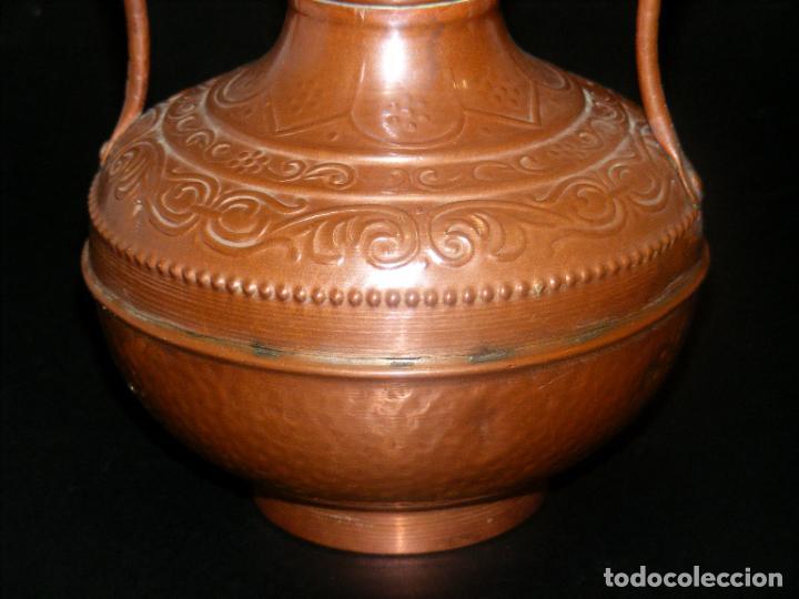 Antigüedades: JARRÓN DE COBRE REPUJADO - 19 CMS. - VER FOTOS ADICIONALES. - Foto 4 - 224515161