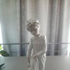 Antigüedades: 1966 FIGURA DE PORCELANA NAO DE LLADRÓ. NIÑA EN CAMISÓN CON PIE EN EL AGUA. ESCULTOR: JOSÉ ROIG. Lote 224520642