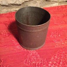 Antigüedades: ANTIGUO BOTE / MEDIDA DE LATA MEDIR LIQUIDOS DE LOS AÑOS 20-30. Lote 224580805