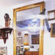 Antigüedades: GRAN ESPEJO ANTIGUO DORADO CON PAN DE ORO OBRA FRANCESA. Lote 224631955