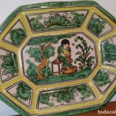 Antigüedades: BANDEJA OCHAVADA CON ALFARERO PUENTE ARZOBISPO PEDRO DE LA CAL MARCADO CON RUEDA SANTA CATALINA. Lote 224685935