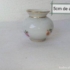 Antigüedades: BONITO JARRONCITO DE PORCELANA P M ( MADE IN GERMANY) CON DETALLES DORADOS.. Lote 224720175