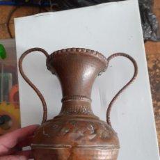 Antigüedades: ANTIGUO JARRÓN DE COBRE CON DOS ASAS ENVIO INCLUIDO PRECIO. Lote 224723347