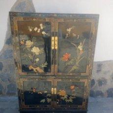 Antigüedades: ANTIGUO ARMARIO CHINO LACADO EN NEGRO CON IMÁGENES TALLADAS EN JADE,PINTADO A MANO ,LACA CHINA. Lote 224788567