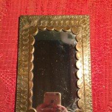 Antigüedades: ANTIGUO PEQUEÑO ESPEJO / ESPEJITO DE LATÓN REPUJADO ESTILO CHAVACANO AÑOS 60-70. Lote 224796280