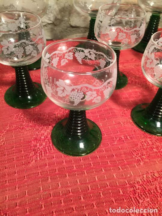 Antigüedades: Antiguo juego de 8 copa / copas de cristal soplado y tallado a mano con dibujo de uvas años 40 - Foto 2 - 224800196