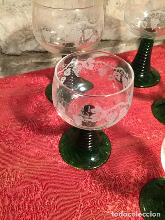 Antigüedades: Antiguo juego de 8 copa / copas de cristal soplado y tallado a mano con dibujo de uvas años 40 - Foto 3 - 224800196