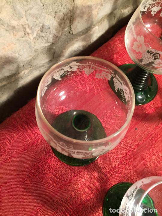 Antigüedades: Antiguo juego de 8 copa / copas de cristal soplado y tallado a mano con dibujo de uvas años 40 - Foto 4 - 224800196