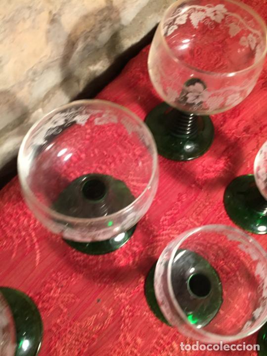 Antigüedades: Antiguo juego de 8 copa / copas de cristal soplado y tallado a mano con dibujo de uvas años 40 - Foto 5 - 224800196