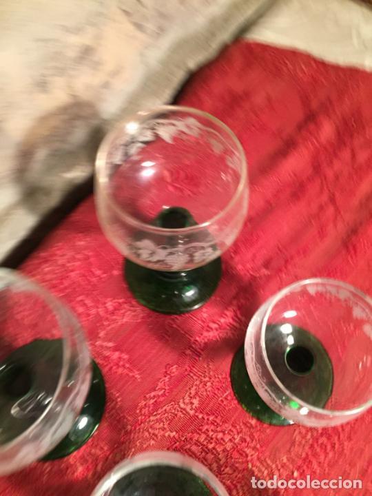 Antigüedades: Antiguo juego de 8 copa / copas de cristal soplado y tallado a mano con dibujo de uvas años 40 - Foto 6 - 224800196