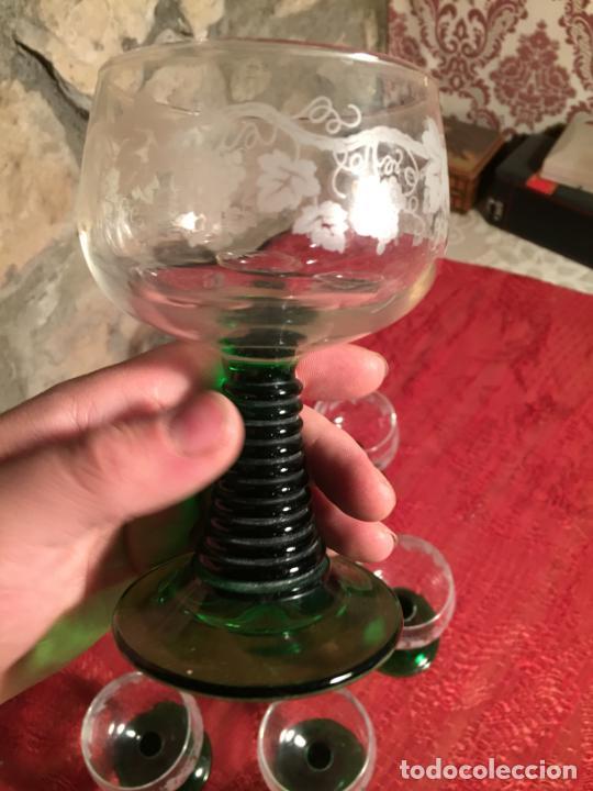 Antigüedades: Antiguo juego de 8 copa / copas de cristal soplado y tallado a mano con dibujo de uvas años 40 - Foto 7 - 224800196