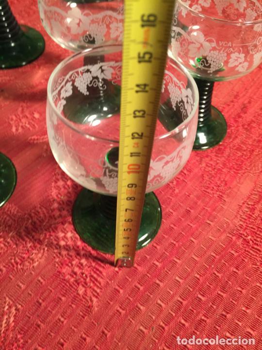 Antigüedades: Antiguo juego de 8 copa / copas de cristal soplado y tallado a mano con dibujo de uvas años 40 - Foto 19 - 224800196