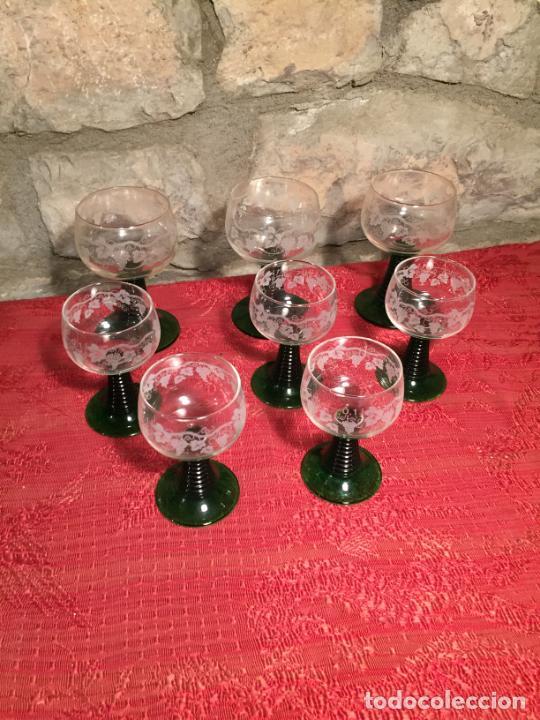 ANTIGUO JUEGO DE 8 COPA / COPAS DE CRISTAL SOPLADO Y TALLADO A MANO CON DIBUJO DE UVAS AÑOS 40 (Antigüedades - Cristal y Vidrio - Catalán)