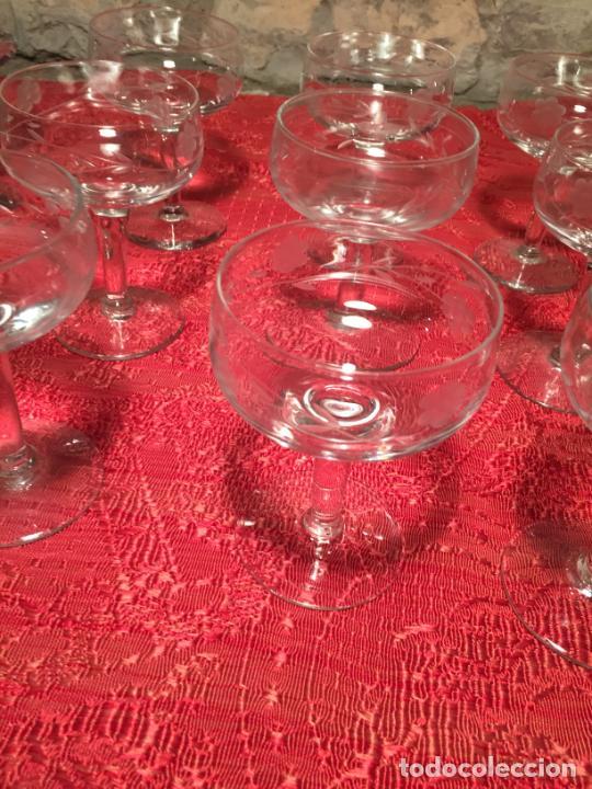Antigüedades: Antiguo juego de 12 copa / copas de cristal soplado y tallado a mano para cava / champagne año 40-50 - Foto 3 - 224800515