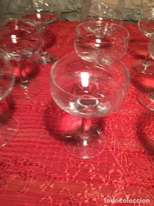 Antigüedades: Antiguo juego de 12 copa / copas de cristal soplado y tallado a mano para cava / champagne año 40-50 - Foto 4 - 224800515