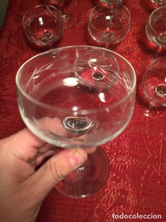 Antigüedades: Antiguo juego de 12 copa / copas de cristal soplado y tallado a mano para cava / champagne año 40-50 - Foto 7 - 224800515