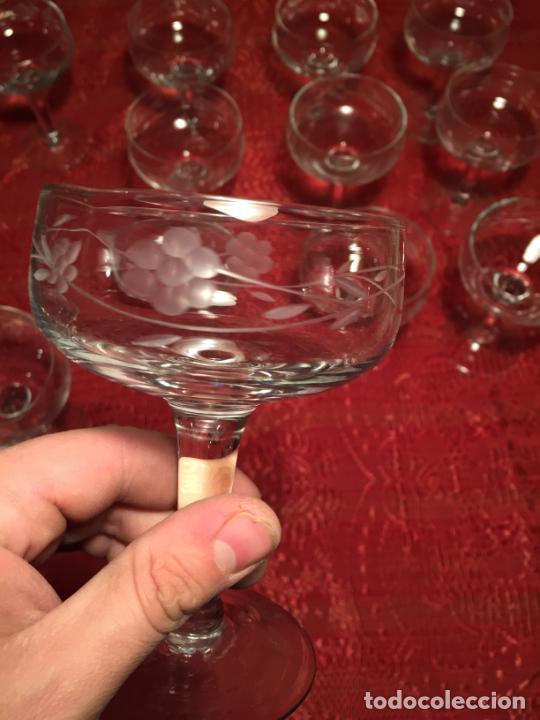 Antigüedades: Antiguo juego de 12 copa / copas de cristal soplado y tallado a mano para cava / champagne año 40-50 - Foto 9 - 224800515