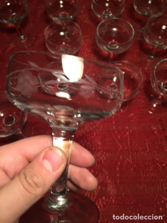 Antigüedades: Antiguo juego de 12 copa / copas de cristal soplado y tallado a mano para cava / champagne año 40-50 - Foto 10 - 224800515